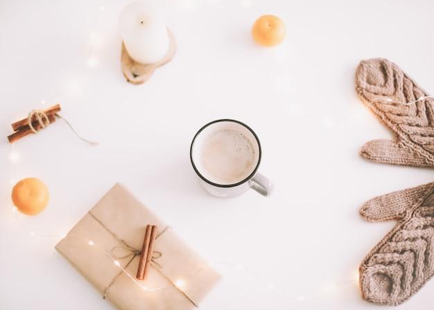 Рождество и новый год flatlay с украшениями на белом фоне вид сверху
