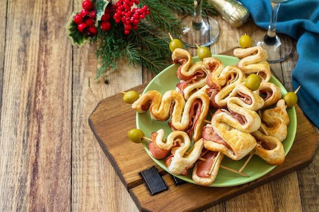 クリスマスとお正月の食べ物ホリデースナックパフ生地クリスマスツリーコピースペース