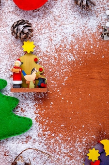 グリーティングカードとコピースペースと木製の背景のクリスマスと新年のフレーム