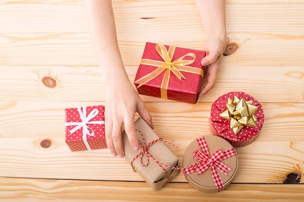 나무 보드에 크리스마스와 새 해 선물 상자.
