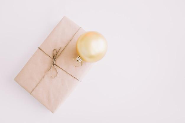 Рождественские и новогодние подарочные коробки на белом фоне, вид сверху