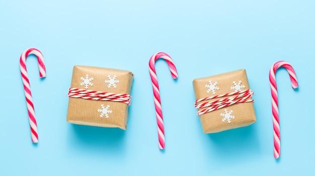사탕 지팡이가 있는 크리스마스와 새해 선물 상자