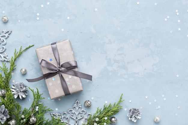 Рождественский и новогодний подарок, зелень, украшения на синем