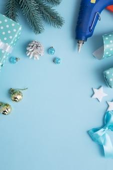 크리스마스와 새해 선물은 장식과 텍스트 크리스마스 배경을 위한 장소로 포장됩니다.