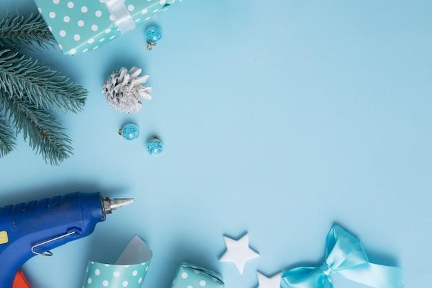 크리스마스와 새해 선물은 장식과 텍스트를 위한 장소로 포장됩니다. 크리스마스 크리 에이 티브 배경
