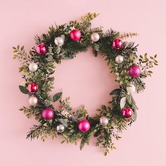 Рождественский и новогодний праздник розовый венок.