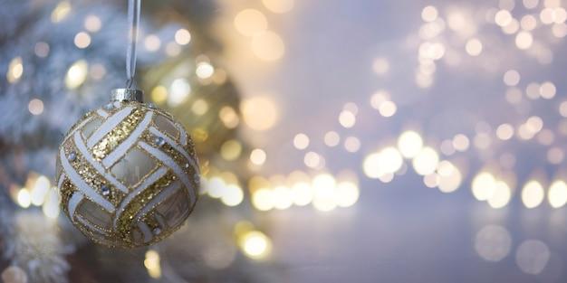 クリスマスと新年の休日の背景。背景のボケ味がぼやけ