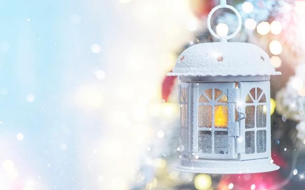Рождественские и новогодние праздники фон. рождественская елка со светом и размытым фоном