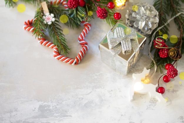 モミの枝とクリスマスと年末年始の構成あなたのテキストのための空きスペース