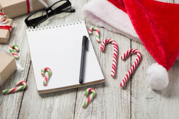 Рождественские и новогодние товары с копией пространства стакан для блокнота santa cap очки и украшенные подарочные коробки