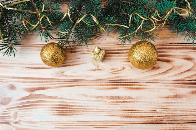 나무 배경에 크리스마스와 새 해 레이아웃입니다. 전나무 지점과 장난감 엽서입니다. 위에서 볼 수 있습니다. 플랫 레이. 복사 공간