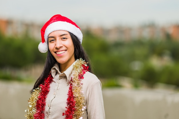 크리스마스와 새 해 생활 방식 젊은 라틴 여성 히스패닉은 산타 모자와 함께 휴가를 축하