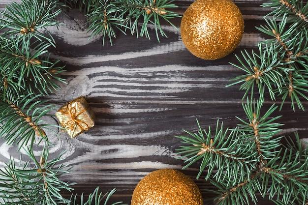 나무 배경에 크리스마스와 새해 이랑. 전나무 가지와 장난감으로 만든 프레임입니다. 위에서 볼 수 있습니다. 플랫 레이. 복사 공간