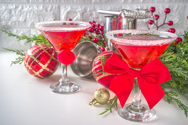 クリスマスと新年のパーティードリンクのアイデア、サンタ帽子のマティーニ、クリスマスのお祝いカクテル赤いマティーニ