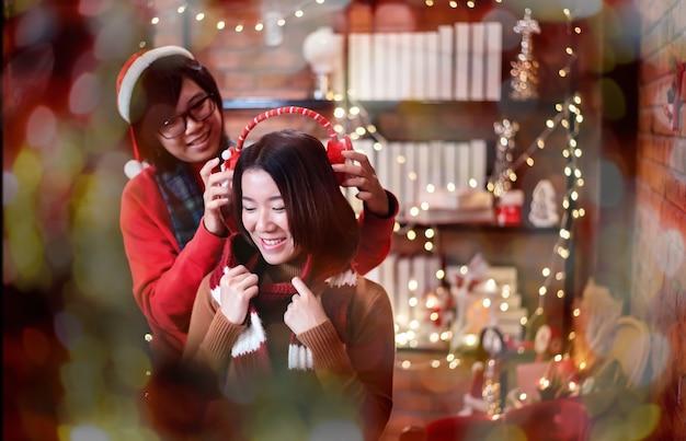 アジアの友達とのクリスマスと新年のパーティー。家で祝う冬と年末。プライドとlgbtqコミュニティ。両性愛者と同性愛者のカップル。