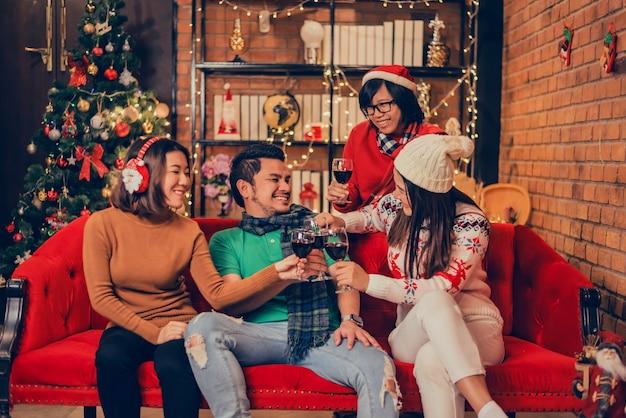 アジアの友達とのクリスマスと新年のパーティー。家で祝う冬と年末。