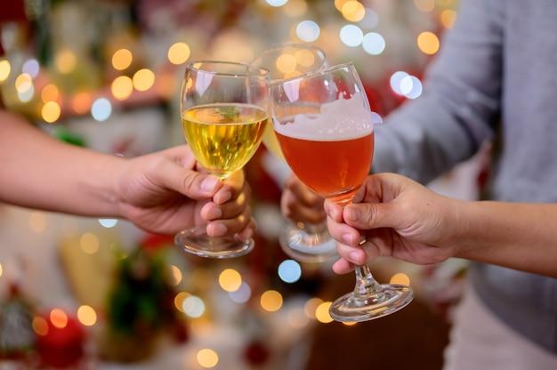 友達とのクリスマスと新年のパーティー。休日のお祝いに赤ワインとシャンパンを飲む。