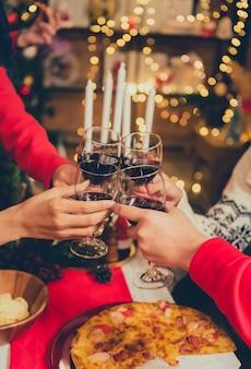 Рождественский и новогодний праздник с друзьями. пить красное вино и шампанское для празднования праздника.