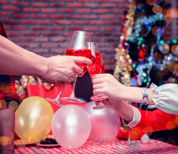 友達とのクリスマスと新年のパーティー。冬のお祝いと飲酒。