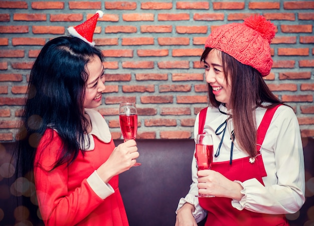 Рождественский и новогодний праздник с друзьями. празднование зимы и распитие спиртных напитков.