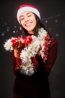 크리스마스와 새 해 초상화 휴일 검은 배경에 고립 된 빨간색 라틴 젊은 여자