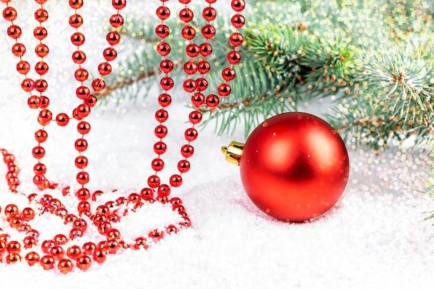 クリスマスと新年の赤い丸い安物の宝石と装飾的なお祝い