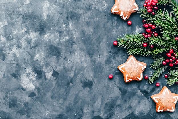 クリスマスと新年のエレガントな装飾ツリー、ギフトとヴィンテージのアームチェア