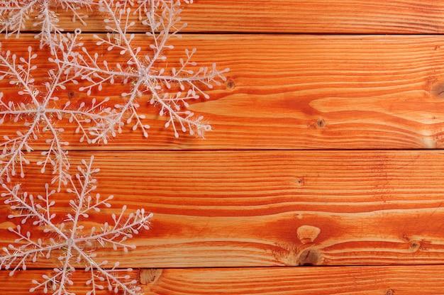 木製の背景にクリスマスと新年の雪