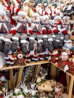 상점의 선반에 있는 크리스마스와 새해 장난감. 축제 겨울 크리스마스 무역