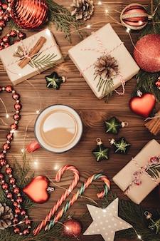 Рождество и новый год традиционный празднично оформленный фон с копией пространства. чашка горячего кофе.