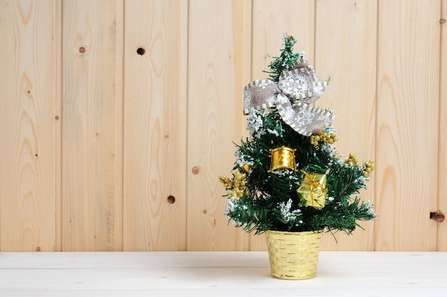 木製の背景におもちゃとクリスマスと新年のツリー