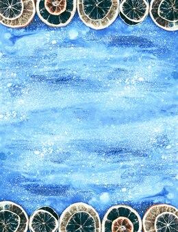 青い老化した木の板に乾燥したオレンジのスライスとクリスマスと新年の冬の休日の構成。お祭りフレーム。