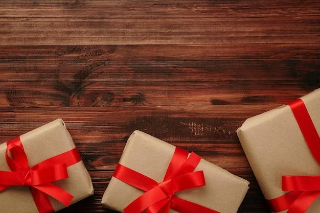 Рождество и новый год с украшением подарочных коробок на вид сверху фона деревянный стол с копией пространства.