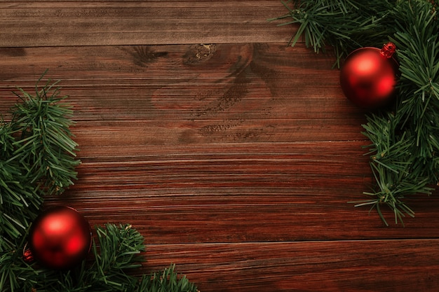 コピースペースと木製のテーブルの背景の上面図に赤いボールの装飾とクリスマスと新年。