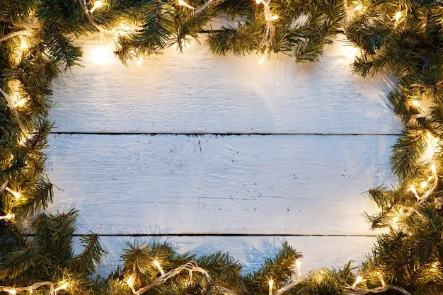 象徴的な装飾とクリスマスと新年の木製の背景