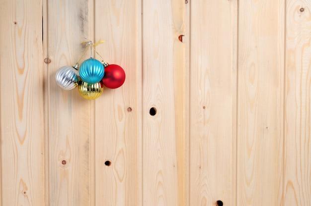 木製の壁の表面にクリスマスとおもちゃ