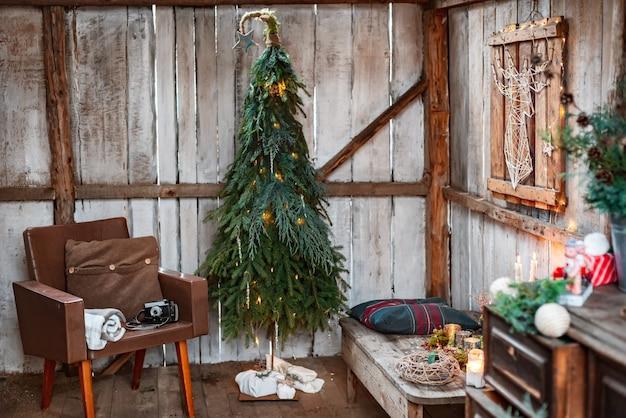 크리스마스와 제로 낭비, 전나무와 가지로 만든 크리스마스 트리, 손수 만든. 새해 테라스에서 소박한 스타일의 인테리어 디자인.
