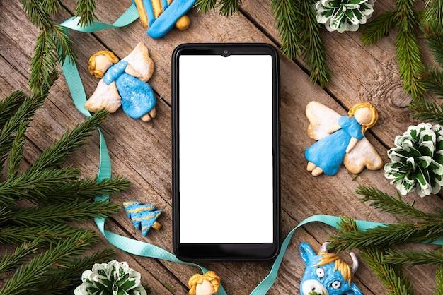 Рождественские ангелы с елкой и телефоном для вашего текста