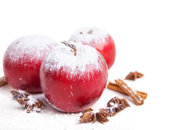 Рождественские яблоки и специи, изолированные на белом фоне