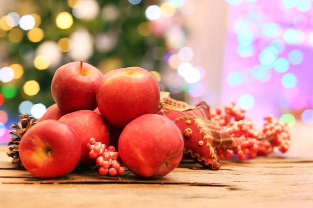 나무 테이블에 크리스마스 사과