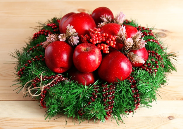 木製のテーブルの上のクリスマスのリンゴ
