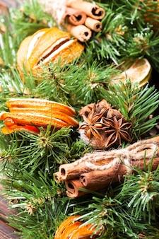 Рождественский ароматный эко-венок с сухими палочками апельсина и корицы, детали крупным планом