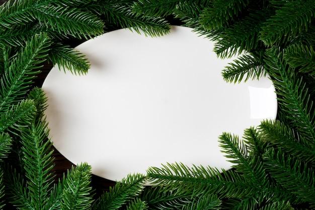 Новогодняя композиция с белой тарелкой