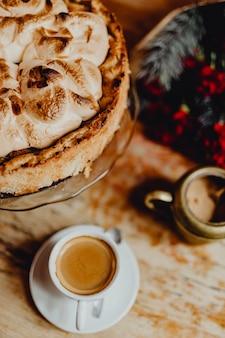 커피와 케이크가 있는 카페에서 크리스마스