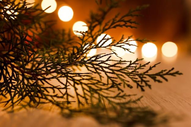 Рождественские аутентичные украшения. гирлянды прожигают еловые ветки.