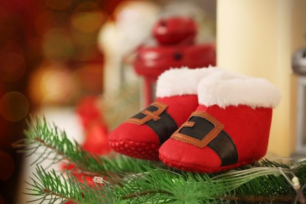 ぼやけた背景のクリスマスの赤ちゃんのブーツ