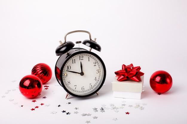 Рождественский фон будильник и елочные игрушки