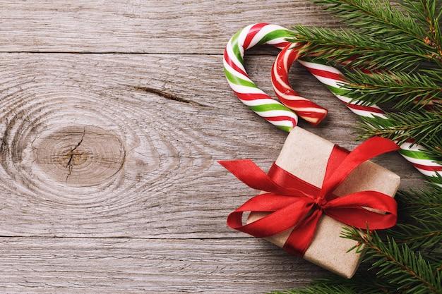 나무 테이블 상단 보기의 오른쪽에 있는 크리스마스 배경 및 장식