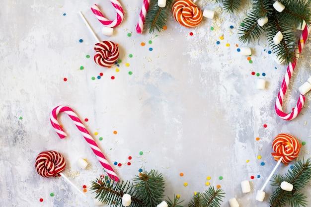 돌 배경에 크리스마스 배경 및 휴일 과자 복사본이 있는 상위 뷰
