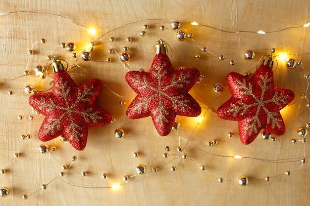 크리스마스 배경 구슬 화환과 밝은 나무 배경에 장난감